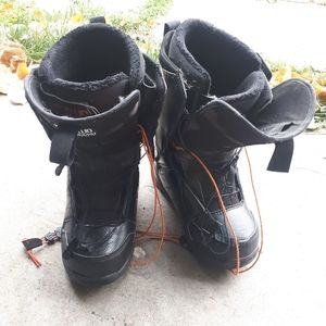 Thirty two snowboarding boots size 8